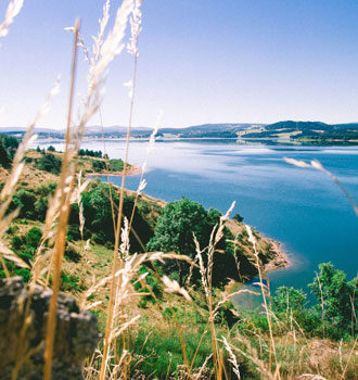 Vue de la base de loisirs nautiques du lac de Naussac