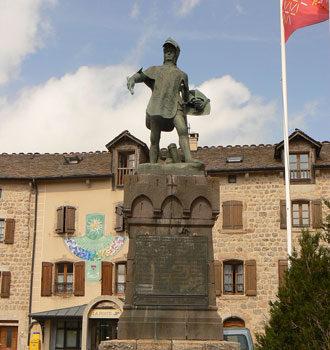 Vue du village médiéval de Châteauneuf-de-Randon situé en Lozère en région Occitanie à quelques kilomètres gîte Lou Saltret
