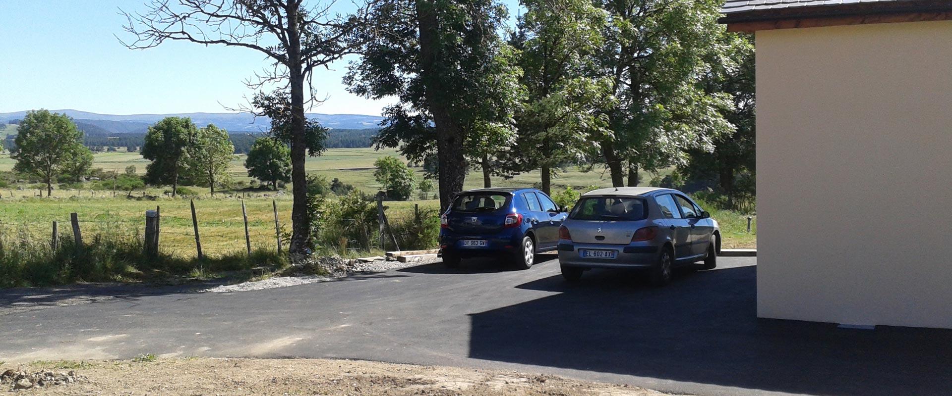 Vue du parking privatif; aménagement exétrieur du gîte Lou Saltret en Lozère
