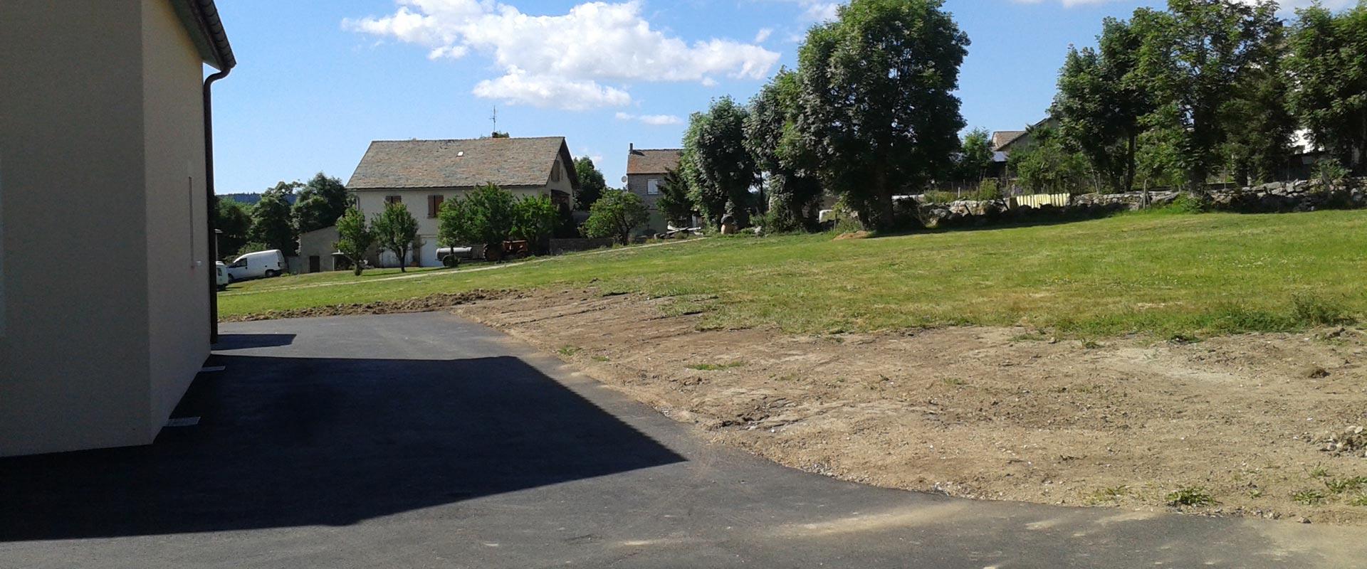 Vue du parking privatif; aménagement exétrieur du gîte rural Lou Saltret en Lozère