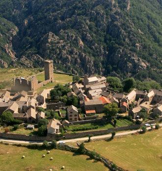 Vue de la Garde-Guérin village fortifié du XII siècle, situé à quelques kilomètres du gîte Lou Saltret en Lozèrehères.